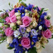 букет с ирисами эустомой розой