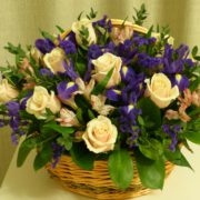 корзинка из розы и ирисов