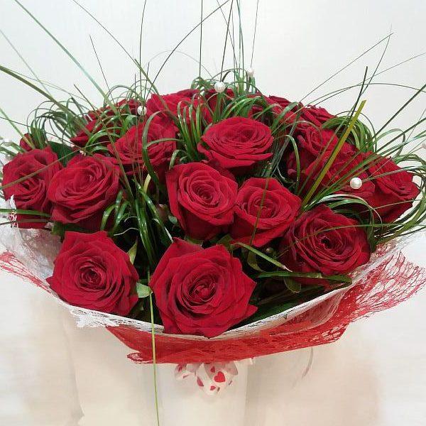 букет из роз с берграссом